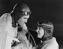 Par i tävlings- hattar och skyddsglasögon (alla visade personer inte är längre uppehälle, och inget gods finns Leverantörgarantie Arkivbild