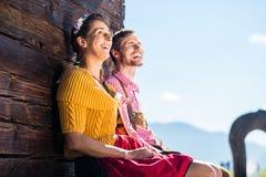 Par i traditionell klädframdel av bergkojan Royaltyfria Foton