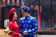 Par i traditionell vietnamesisk kläder arkivbilder