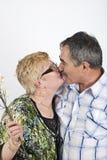 par kysser moget Arkivbilder