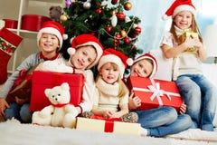 Par l'arbre de Noël Image stock