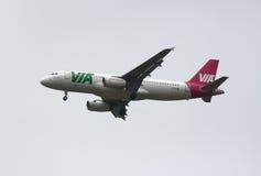 PAR L'INTERMÉDIAIRE - de l'air PAR L'INTERMÉDIAIRE des voies aériennes bulgares Airbus A320 Images stock