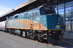 PAR L'INTERMÉDIAIRE de la locomotive Diesel-Électrique Photographie stock libre de droits