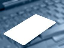 Par la carte de crédit (bleu) Images libres de droits