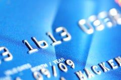 Par la carte de crédit bleu Image stock