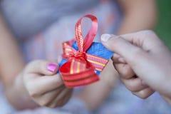 Par la carte de crédit comme cadeau à la jeune femme Photos stock