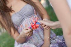 Par la carte de crédit comme cadeau à la jeune femme Photo libre de droits