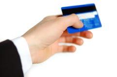 Par la carte de crédit dans la main d'un homme Images stock