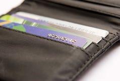 Par la carte de crédit dans la pochette Photo libre de droits