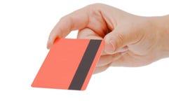 Par la carte de crédit dans une main femelle images libres de droits