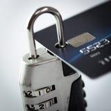 Par la carte de crédit et blocage Image libre de droits