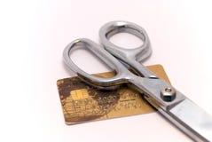 Par la carte de crédit et ciseaux Images stock