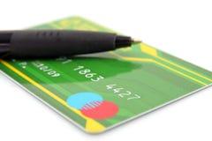 Par la carte de crédit et crayon lecteur Photo stock