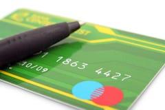 Par la carte de crédit et crayon lecteur Image stock