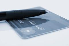 Par la carte de crédit et crayon lecteur Photos libres de droits