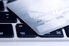 Par la carte de crédit sur l'ordinateur portatif Images stock