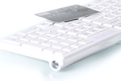 Par la carte de crédit sur le clavier d'ordinateur photos libres de droits
