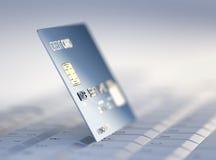 Par la carte de crédit sur le clavier d'ordinateur Photographie stock
