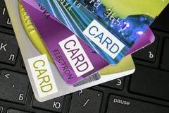 Par la carte de crédit sur le clavier d'ordinateur Image stock