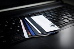 Par la carte de crédit sur un ordinateur portatif photo stock