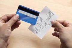 Par la carte de crédit et réception Photographie stock libre de droits