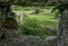 Par la fenêtre, cairn Euny, les Cornouailles photographie stock libre de droits