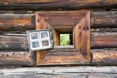 Par la fenêtre de rondin Images libres de droits