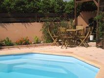 Par la piscine Image libre de droits