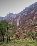 Par la pluie à la cascade photographie stock