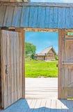 Par la porte en bois de la maison de Suzdal images libres de droits