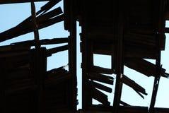 Par le toit ruiné vous pouvez voir le ciel photo libre de droits