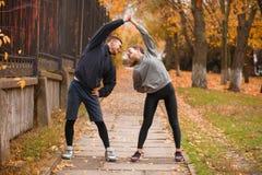 Par leder en sund livsstil som gör sportövningar utomhus royaltyfria bilder