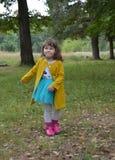 Par lindo feliz del verde del niño de la niñez del otoño de la primavera de la gente de la belleza de la moda de la alegría de la Fotos de archivo libres de regalías