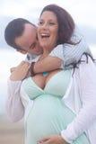 par älskar gravid barn Arkivbilder
