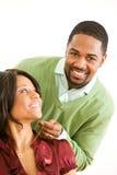 Par: Mannen ger kvinnan den nätta halsbandet Arkivbild
