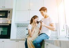 Par, mannen och kvinnan var sitta och dricka vin i bastun royaltyfri bild
