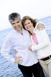 par mature den romantiska seashoren fotografering för bildbyråer