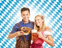 Par med öl på Oktoberfest Royaltyfri Fotografi