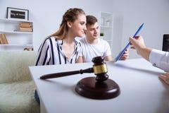Par med advokaten som talar intecknar omkring modell 3D arkivbild