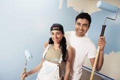 Par med att le för målarfärgrullar fotografering för bildbyråer