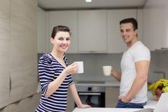 Par med bärbar datordatoren som tycker om morgon arkivbild
