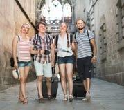 Par med bagage som går staden royaltyfria foton