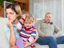 Par med barn som har konflikt royaltyfri fotografi