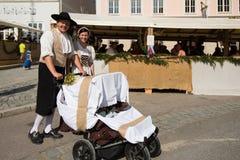 Par med behandla som ett barn på den historiska festivalen Royaltyfria Foton