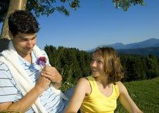 Par med blommor royaltyfri foto