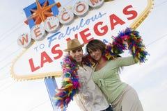 """Par med boaen mot """"välkomnande till det Las Vegas"""" tecknet arkivbilder"""