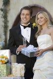 Par med bröllopgåvor Royaltyfri Fotografi