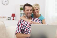 Par med bärbara datorn Arkivfoto