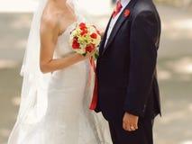 Par med buketten Royaltyfri Bild