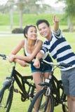 Par med cyklar Royaltyfria Bilder